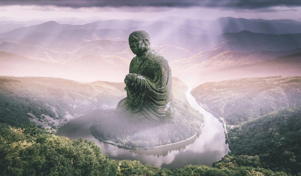 光が差す仏様の写真