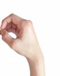 指を丸めて筒状にした写真