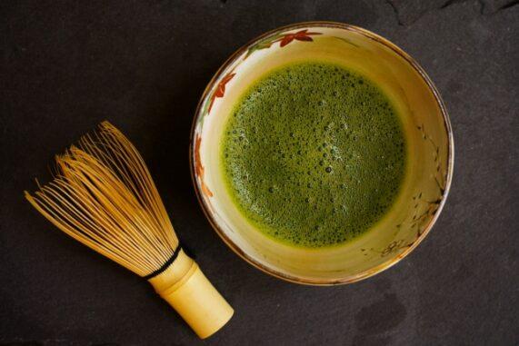 抹茶と茶筅の写真