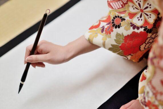 筆を持つ手の写真