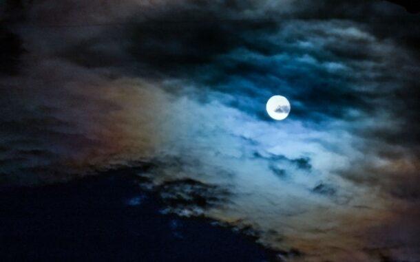 雲に隠れる月の写真