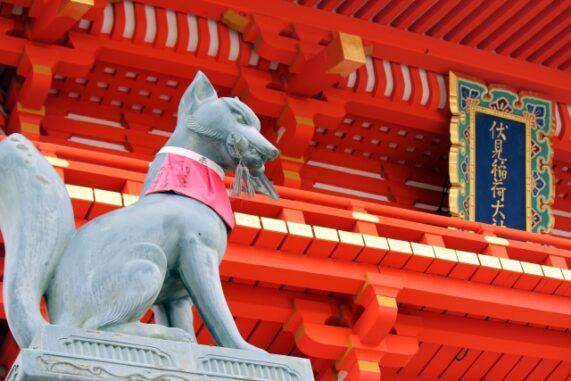 伏見稲荷大社の狐の像の写真