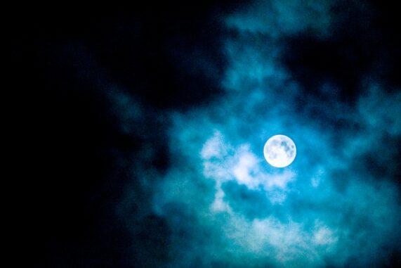 怪しい月の写真