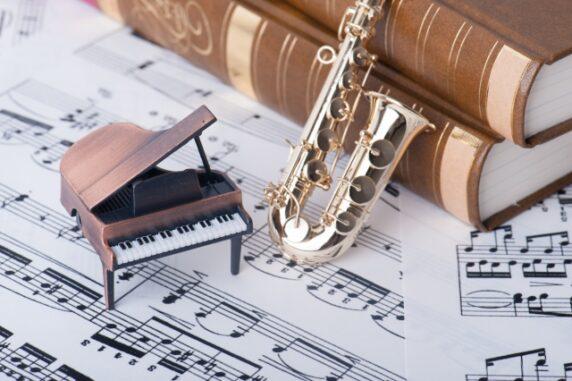 ピアノの模型と楽譜の写真