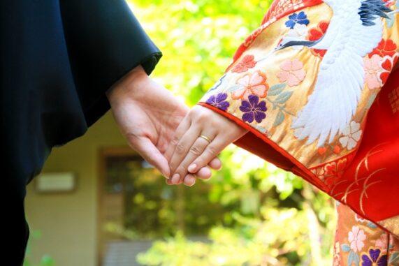 手を繋ぐ人の写真