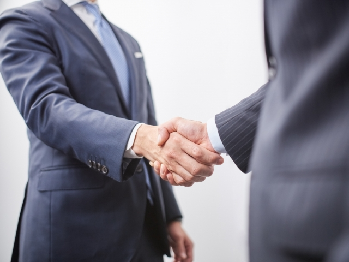 握手する人の写真