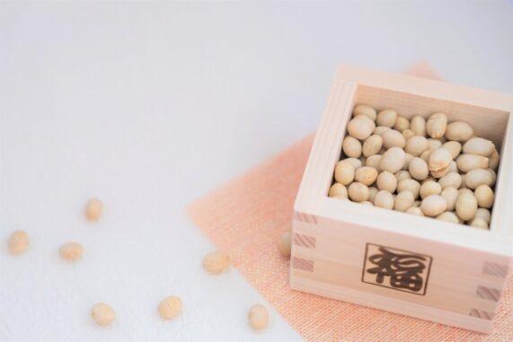 大豆が入った升の写真