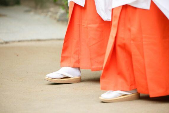 巫女さんの足元の写真