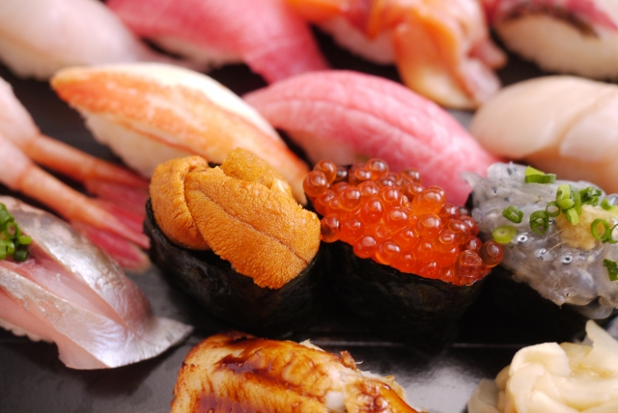 たくさんのにぎり寿司の写真