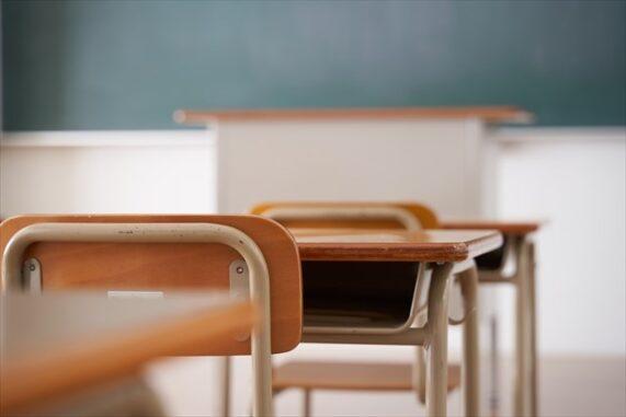 学校の教室と机の写真