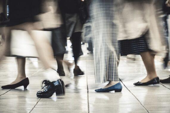歩く人々の足元の写真