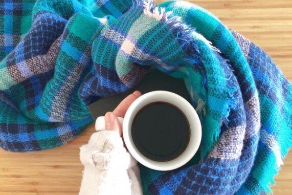 マフラーとコーヒーの写真