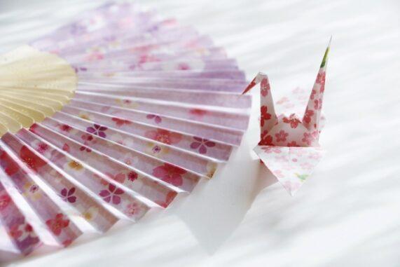 扇子と折り鶴の写真