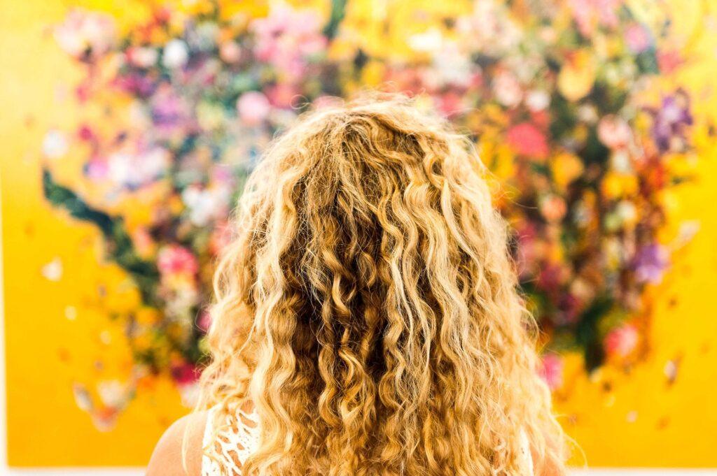 金髪の女性と花の写真