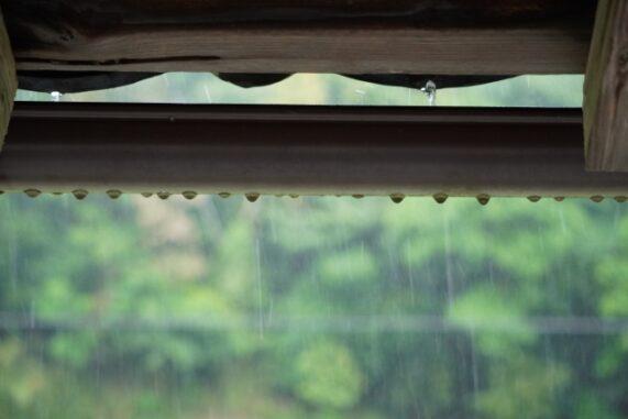 雨の中の軒下の写真