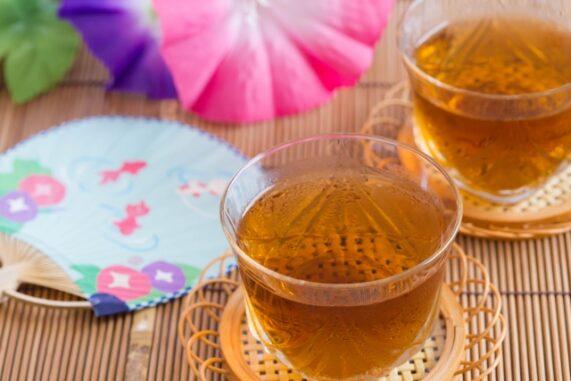 麦茶とうちわの写真