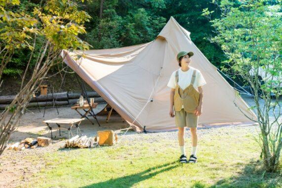 キャンプをする女性の写真